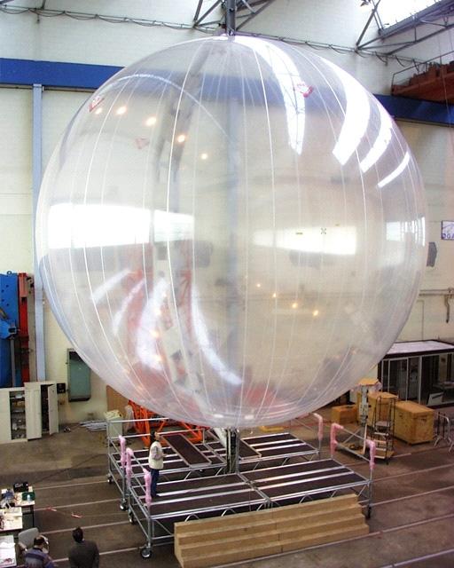 Préparation des ballons; crédits CNES