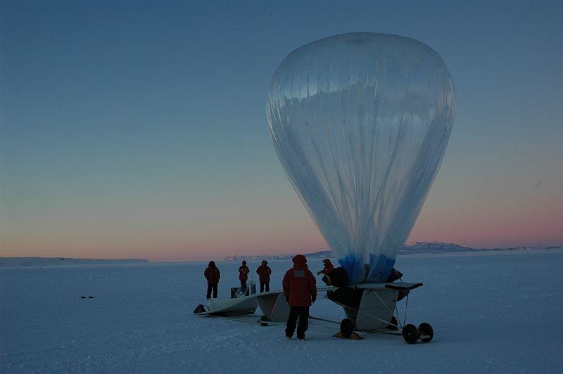 Lâcher de ballon lors de la campagne Vorcore sur la base de MacMurdo en 2005. Crédits : CNES/ P. Cocquerez.