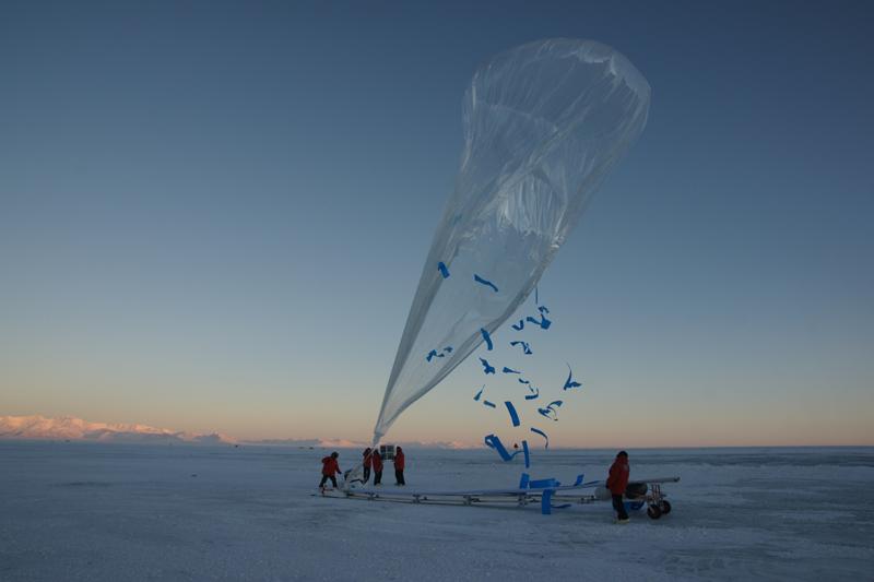 Lancement d'un ballon stratosphérique préssurisé lors de la campagne Concordiasi 2010. Crédits : CNES/P. Cocquerez.